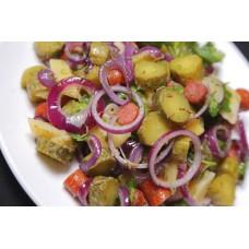 Салат теплый с колбасками